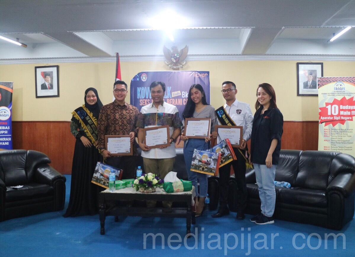 Pemberiaan penghargaan terhadap pemateri dari penyelenggara Kovertalk Visits BkkbN (24/08) Fotografer: John Imanuel