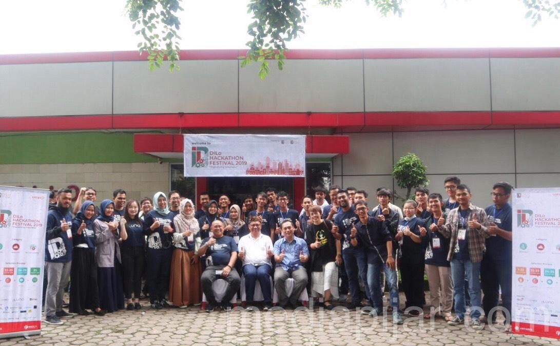 Foto bersama dengan Wakil Wali Kota Medan, Akhyar Nasution, General Manager Telkom Medan, Sudarto, dan peserta DILo Hackathon Festival 2019 (24/08) Fotografer: Thiara Figlia
