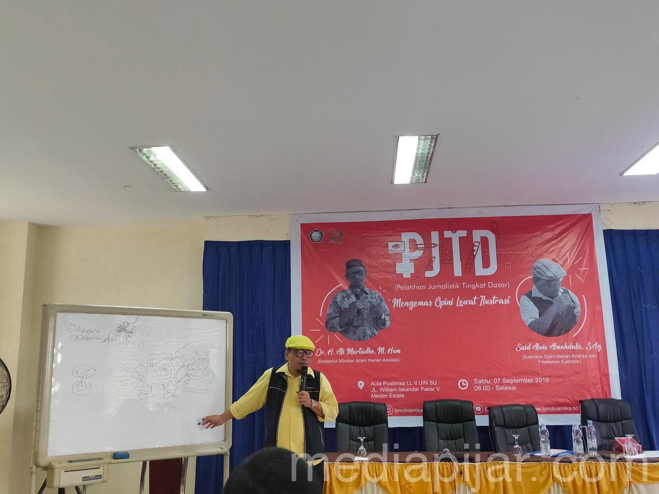 Penyampaian materi ilustrasi oleh Said Alwie Almahdalie , S.Ag dalam PJTD yang diselenggarakan LPM DINAMIKA UINSU, Sabtu (7/9) (Fotografer : Rassya Priyandra)