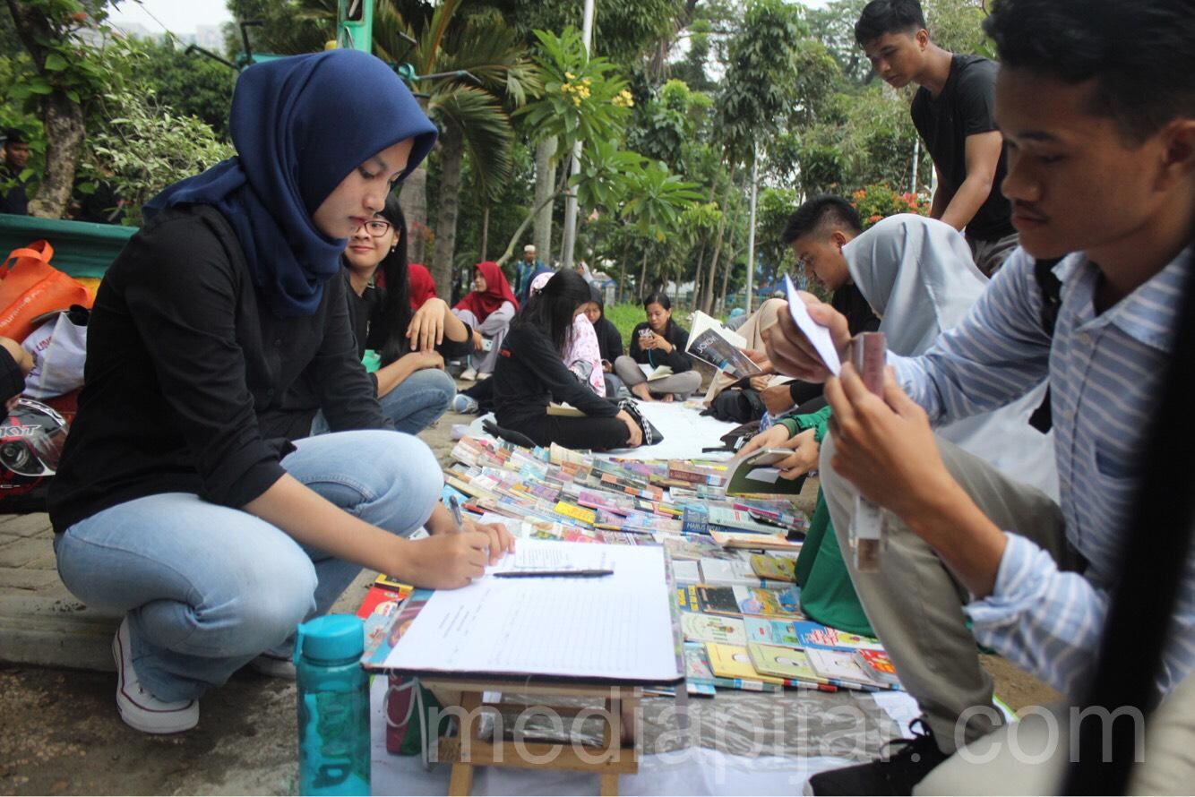 Masyarakat sedang melakukan registrasi untuk membaca buku di Pojok Literasi GenBI Komisariat Unimed di Lapangan Merdeka (08/09) Fotografer: Mhd Abdul Fattah