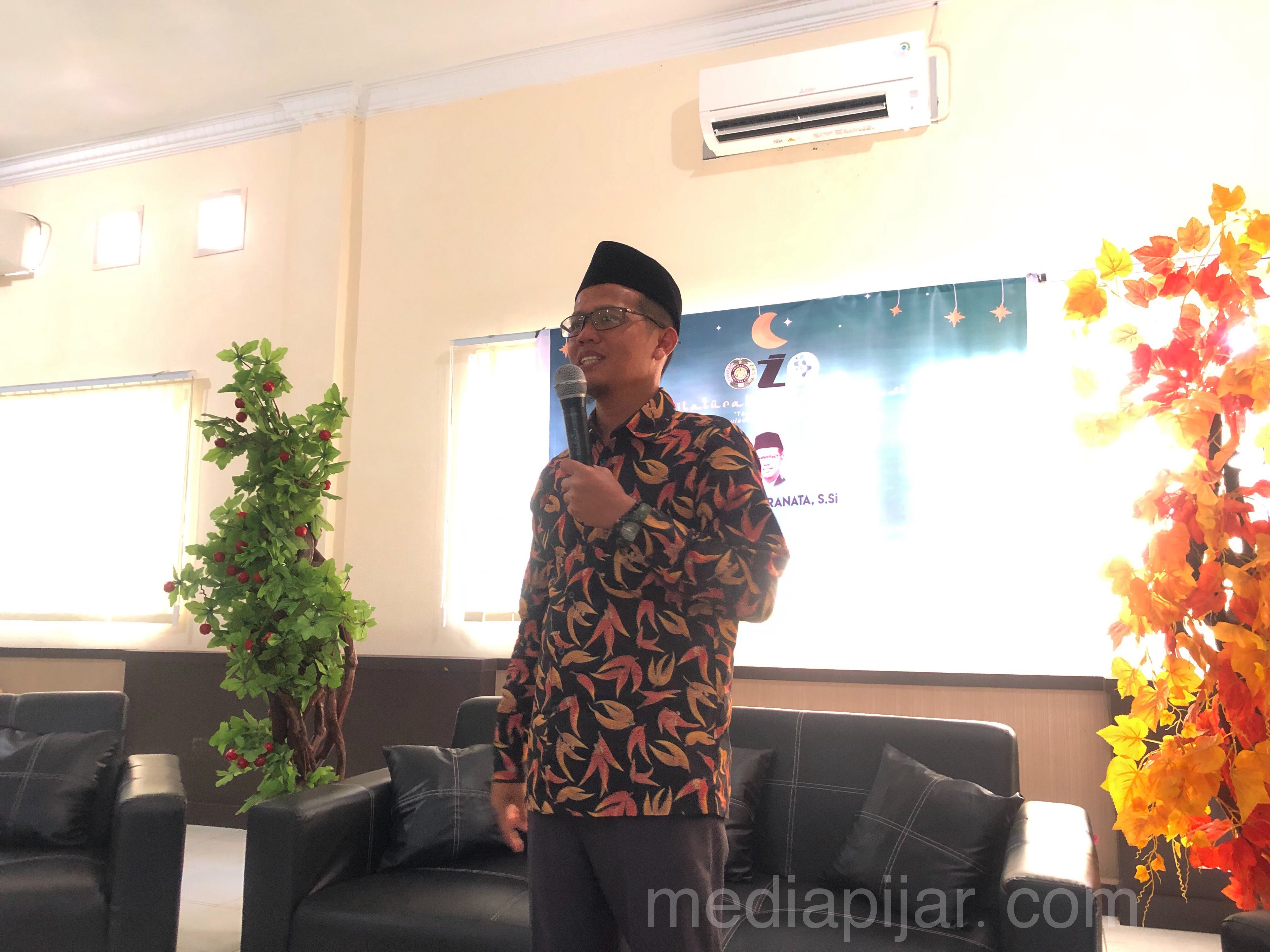 Ustad Andi Pranata, S.Si sedang memberikan ceramah di acara Silaturahmi Komunikasi 2019 (13/09) (Fotografer: Talitha Nabilah Ritonga)