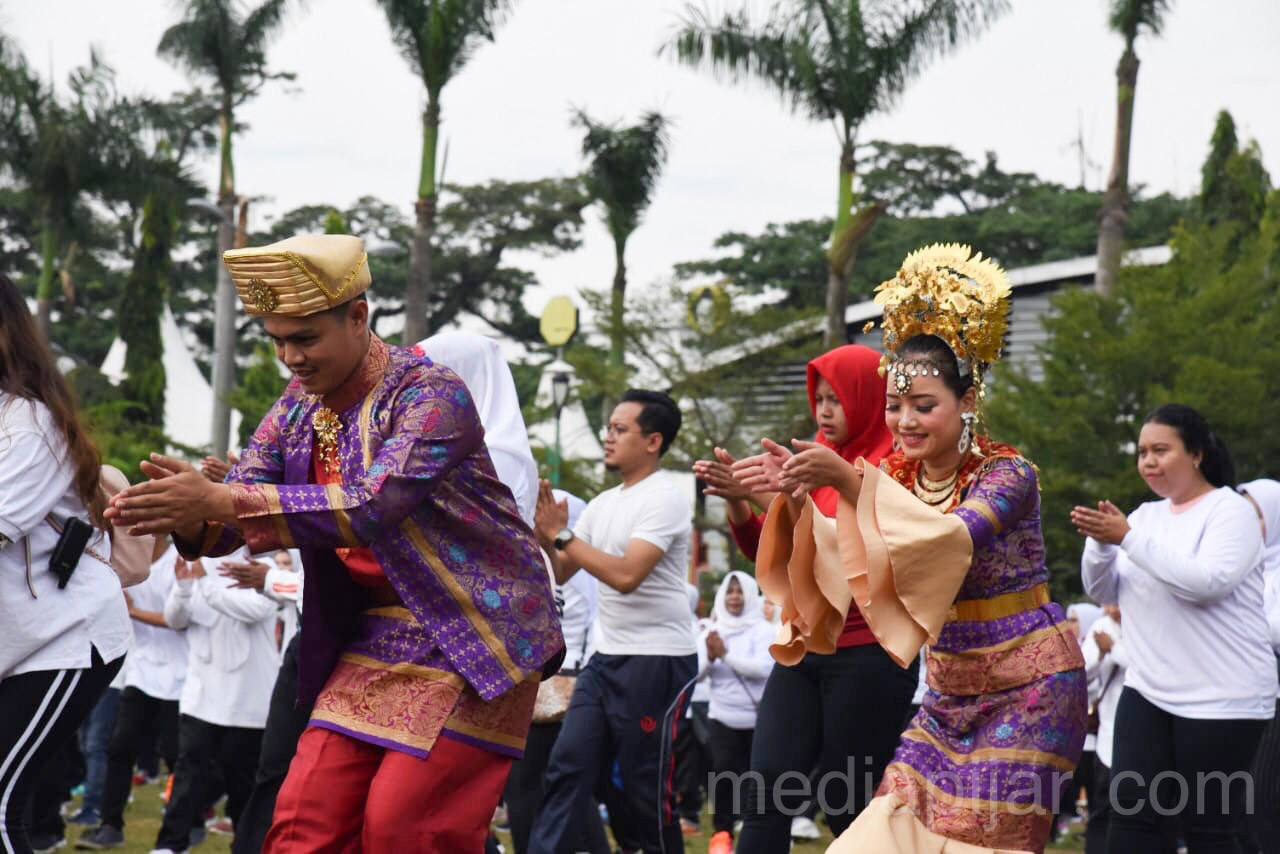 Peserta mengenakan baju adat saat menarikan tarian Ahooi (15/9) (Fotografer : Talitha Nabilah Ritonga)