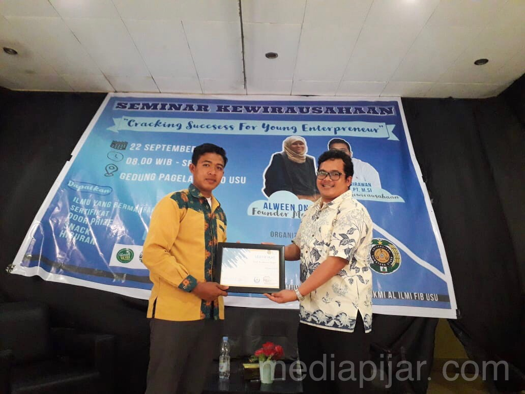 pemberian piagam penghargaan oleh Wiranta selaku ketua panitia kepada Galih Ari Wirawan Siregar, S.Pt, M.Si. selaku pembicara pertama (22/9) Fotografer: Hazlina Ganif Sihotang