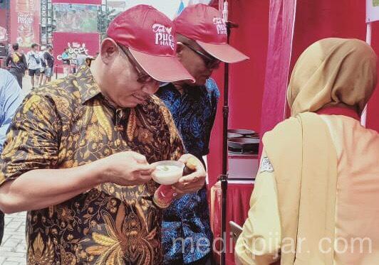 Saat Wakil Wali Kota Medan, Akhyar Berkunjung Ke Stand Makbels dalam Festival Kuliner yang diselenggarakan Teh Pucuk Harum, Sabtu (31/08) (Fotografer: Hidayat Sikumbang)