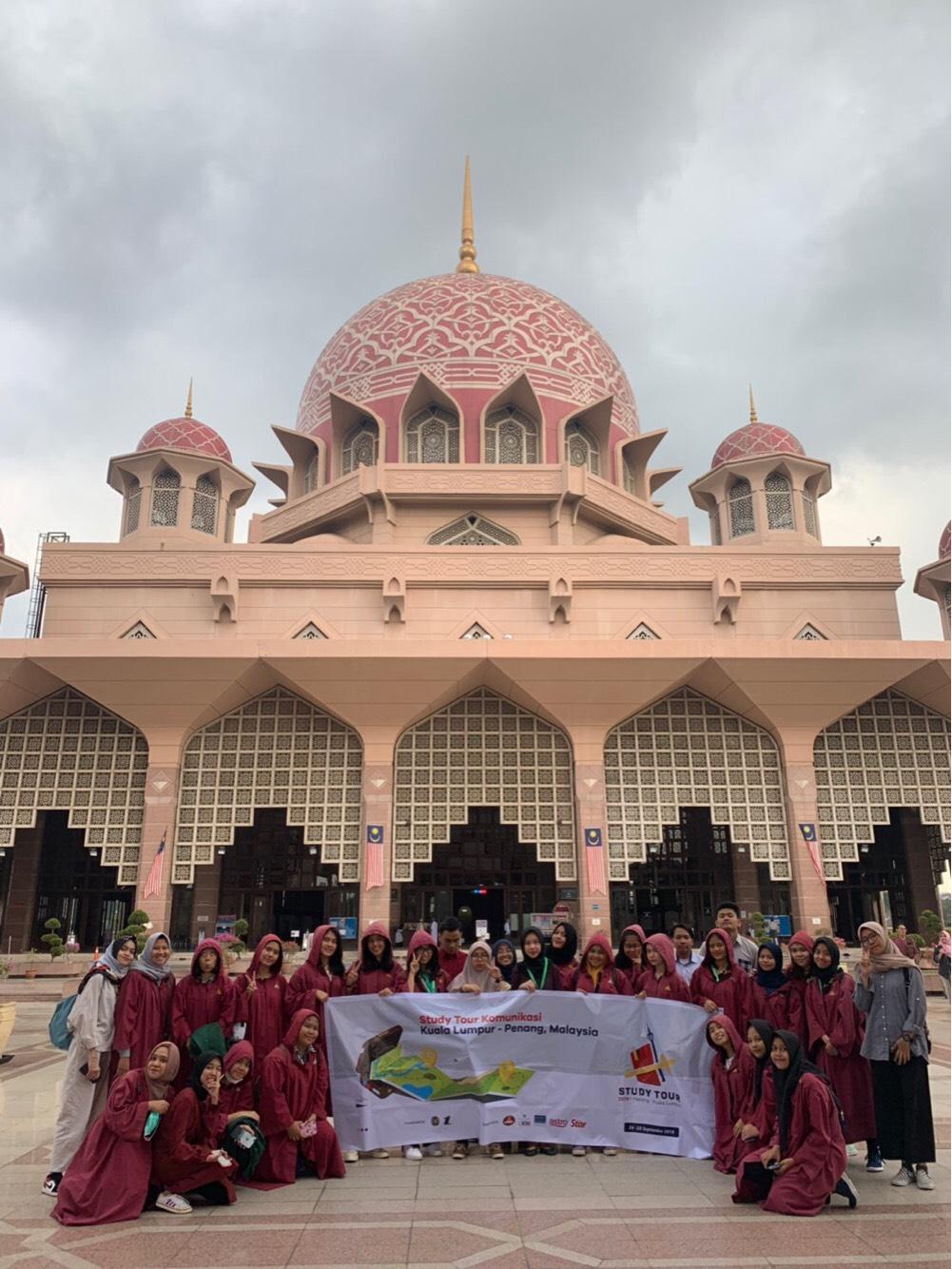 Study Tour Komunikasi USU 2019 mengunjungi Mesjid Putra Jaya pada (26/09) di Malaysia Sumber: Dokumentasi Panitia