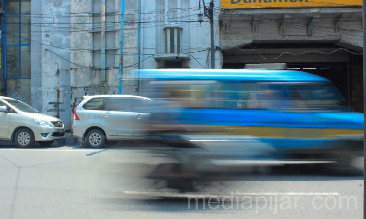 """Berpacu dengan waktu"" (Fotografer: Indah Ramadhanti)"