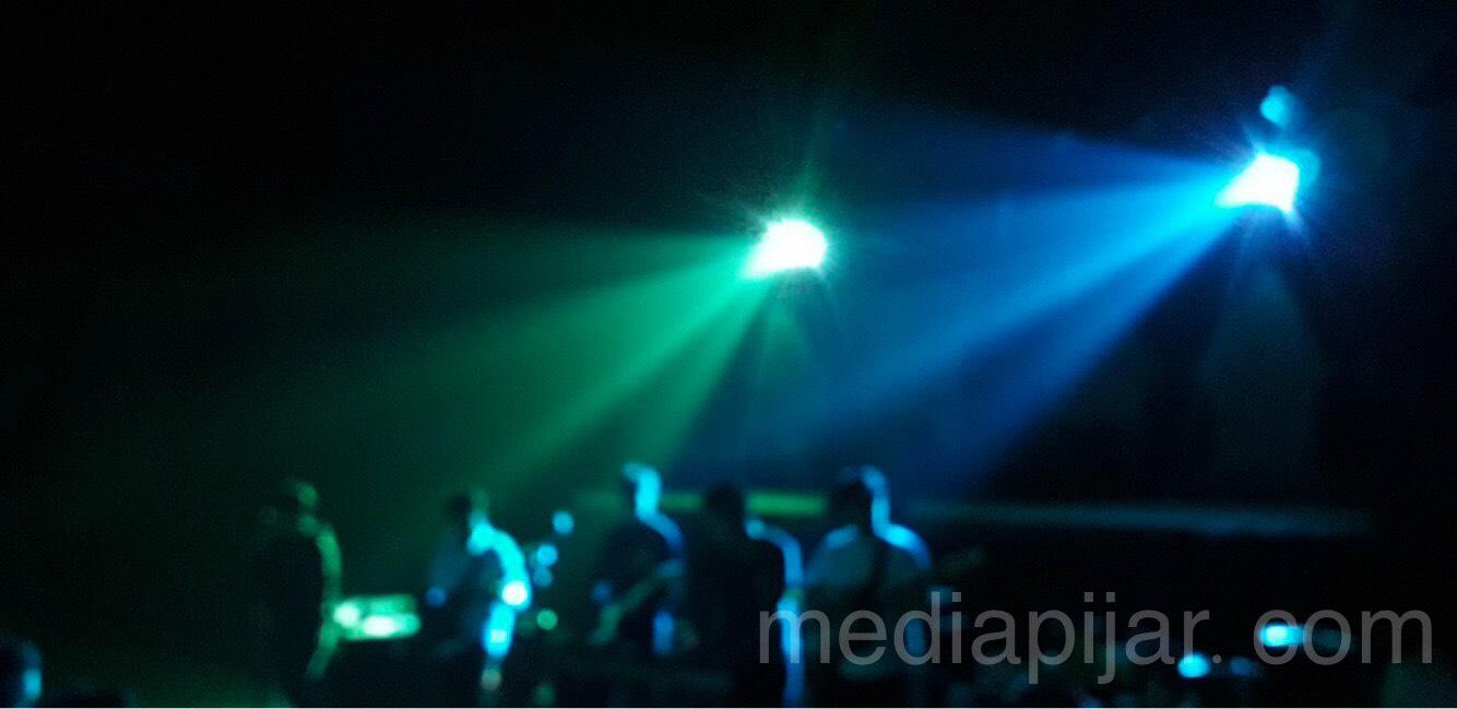 """Nikmati konser ini, lantunan musik, warna-warni lampu, sorai sorak penonton, mari bergoyang"" (Taman Budaya, Sumatra Utara) (Fotografer: Hazlina Ganif Sihotang)"