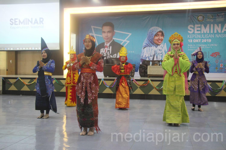 Tarian Tujuh Etnis Sumatra Utara yang ditampilkan saat pembukaan Seminar Kepenulisan Nasional (13/10) Fotografer: Hidayat Sikumbang