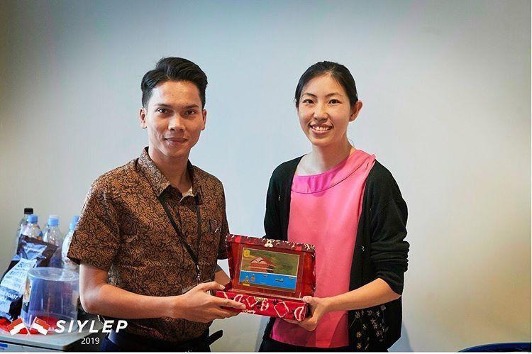 Pemberian cinderamata oleh Walid sebagai Youth Leader kepada Direktur Unpack Singapore (Sumber Foto: Narasumber)