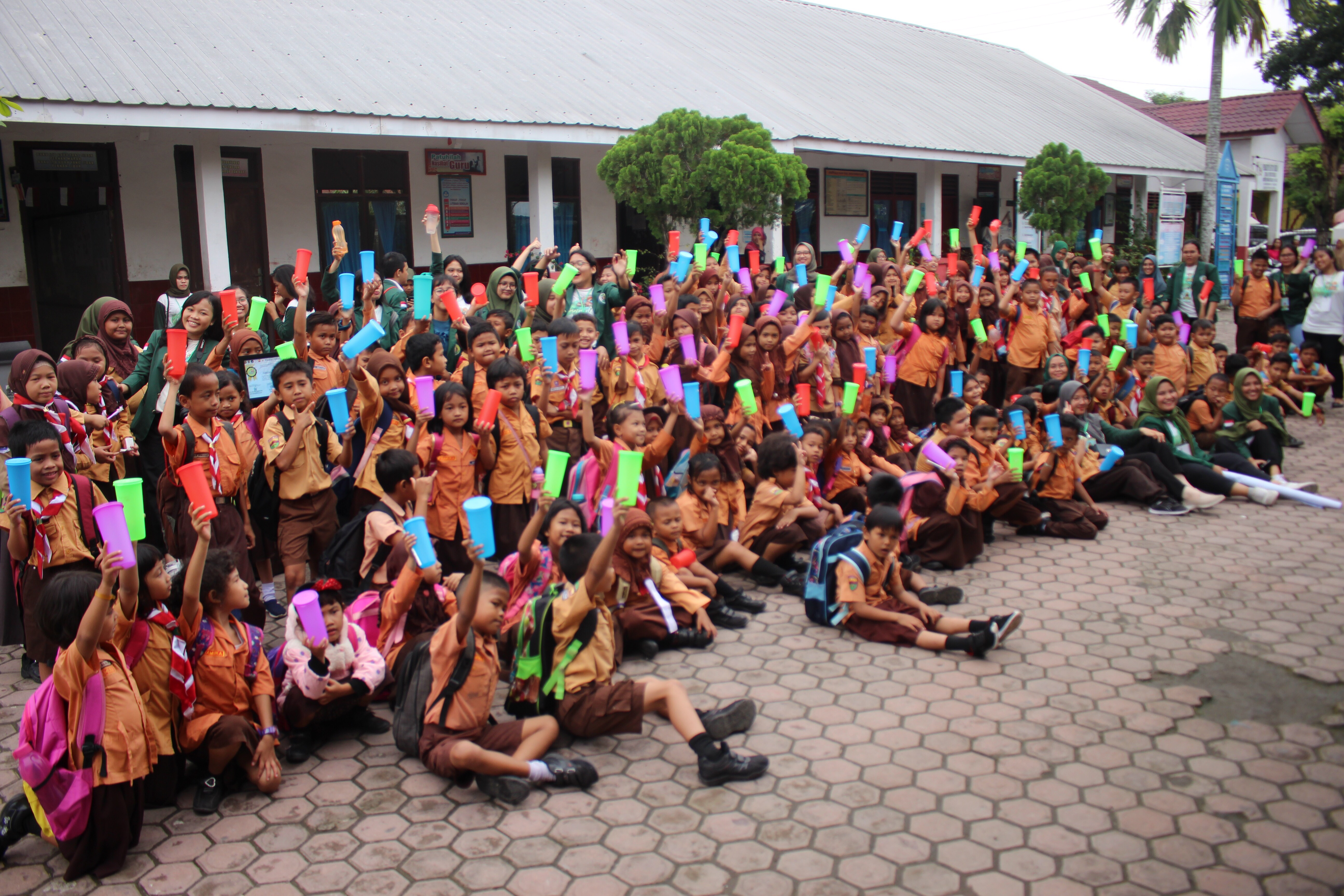 FKM USU Mengajar, sedang melakukan foto bersama dengan anak SDN 060831 beserta kepala sekolah dan para guru (19/10) di SDN 060831 Sumber Foto: Dokumentasi Panitia