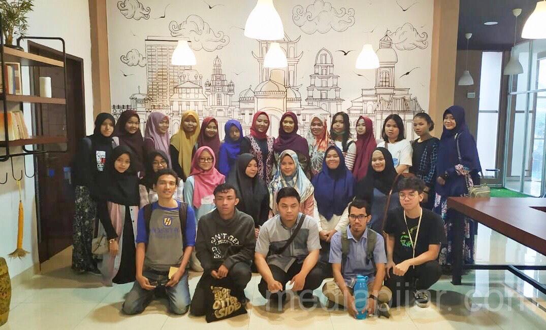 Foto bersama seluruh peserta YSEALI and Leadership Sharing Session yang dilaksanakan di Alifa Creative Space (20/10) Fotografer: ALvin Fahriza Habib