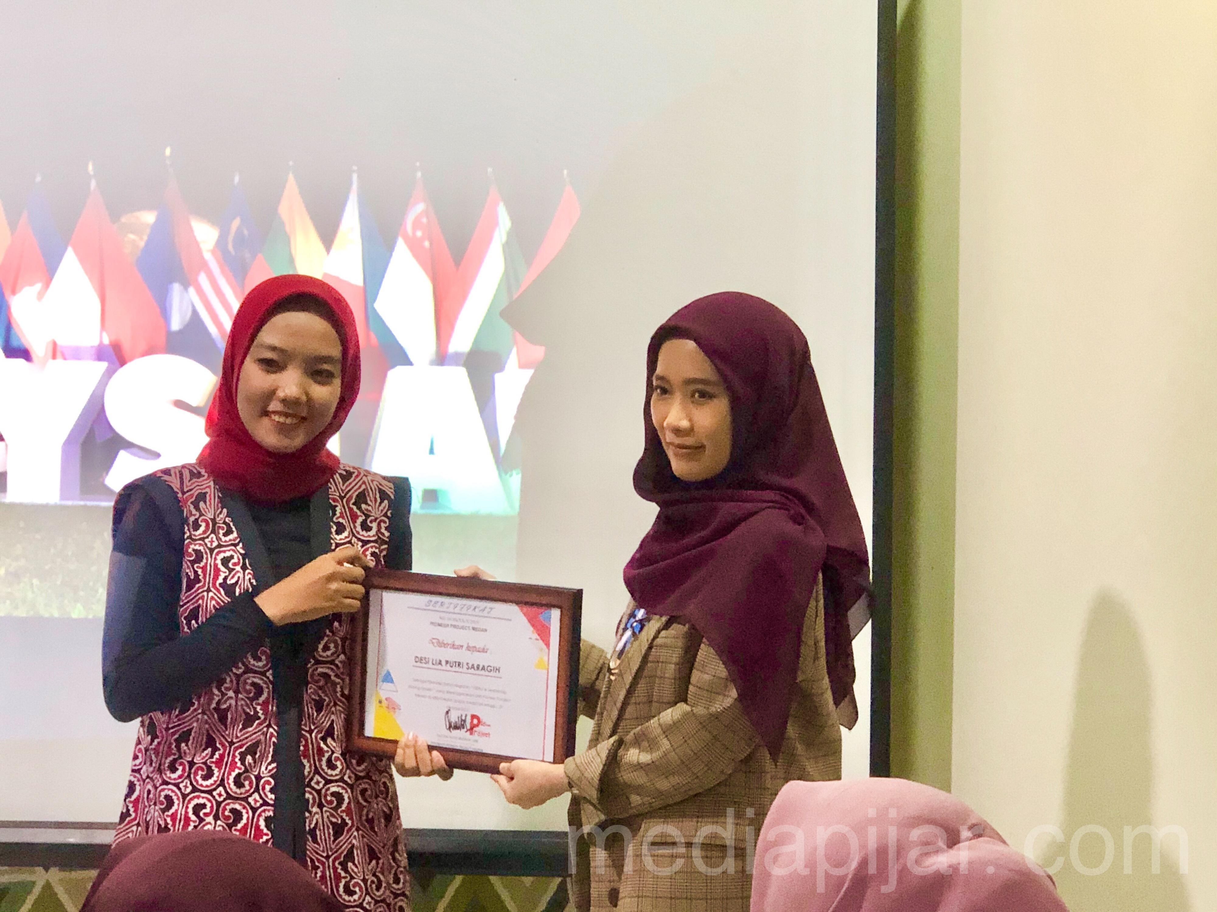 Wujud terima kasih Pioneer Project Medan kepada Desi Lia Putri Saragih dalam kegiatan Leadership Sharing Session pada Minggu (20/10) Fotografer: Frans Dicky Naibaho
