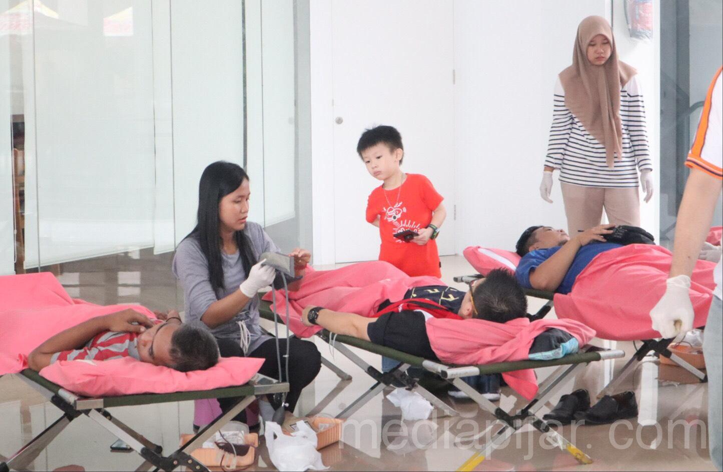 Kegiatan pendonoran darah yang di bantu oleh tim dari RSUP HAM (20/10) (Fotografer: Hazlina Ganif Sihotang)