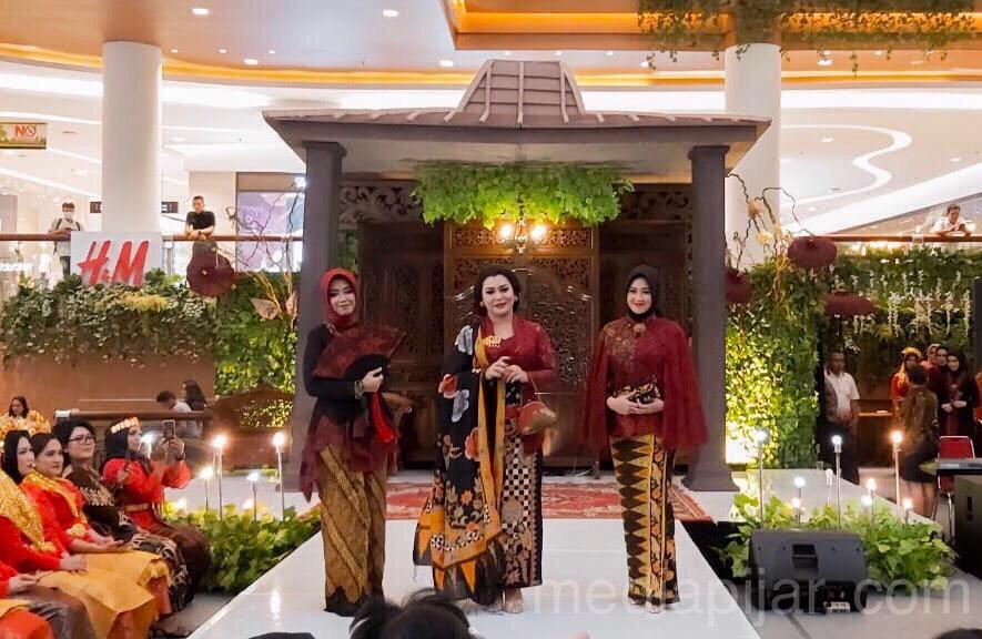Peragaan busana dari Dharma Pertiwi memeriahkan acara Pasar Tiban di Main Atrium Sun Plaza (23/10) (Fotografer: Jonathan Alexander)