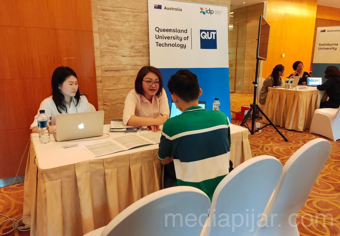 Pengunjung sedang konsultasi di Booth Queensland University of Technology pada Rabu (23/10) Fotografer: Rassya Priyandira