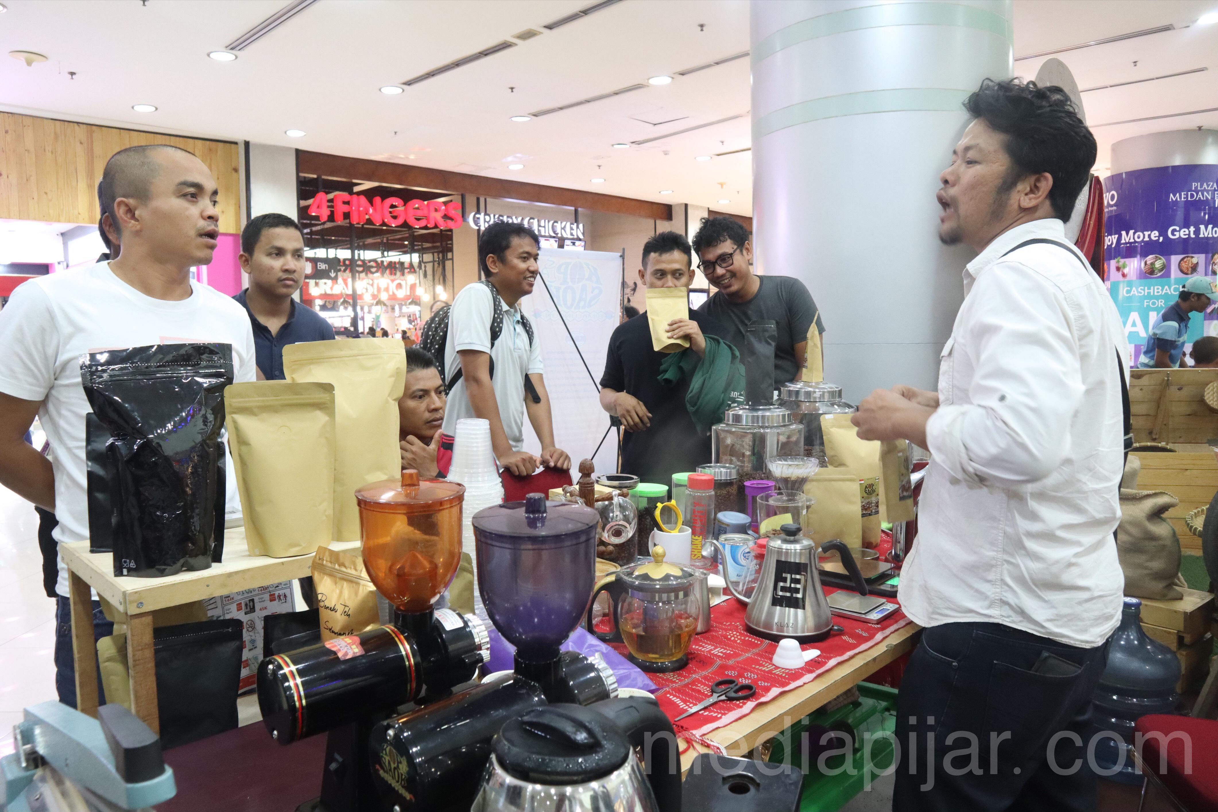 Antusias pengunjung Plaza Medan Fair untuk melihat-lihat pameran Kopi yang ada di North Sumatra Coffee Expo 2019 (27/10) Fotografer : Azka Fikri