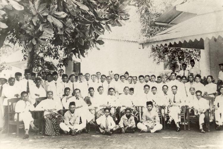 28 Oktober 1928 di halaman depan Gedung IC, Jl. Kramat 106, Jakarta. Tampak duduk dari kiri ke kanan antara lain (Prof.) Mr. Sunario, (Dr.) Sumarsono, (Dr.) Sapuan Saatrosatomo, (Dr.) Zakar, Antapermana, (Prof. Drs.) Moh. Sigit, (Dr.) Muljotarun, Mardani, Suprodjo, (Dr.) Siwy, (Dr.) Sudjito, (Dr.) Maluhollo. Berdiri dari kiri ke kanan antara lain (Prof. Mr.) Muh. Yamin, (Dr.) Suwondo (Tasikmalaya), (Prof. Dr.) Abu Hanafiah, Amilius, (Dr.) Mursito, (Mr.) Tamzil, (Dr.) Suparto, (Dr.) Malzar, (Dr.) M. Agus, (Mr.) Zainal Abidin, Sugito, (Dr.) H. Moh. Mahjudin, (Dr.) Santoso, Adang Kadarusman, (Dr.) Sulaiman, Siregar, (Prof. Dr.) Sudiono Pusponegoro, (Dr.) Suhardi Hardjolukito, (Dr.) Pangaribuan Siregar dan lain-lain. Sumber Foto: Kompas