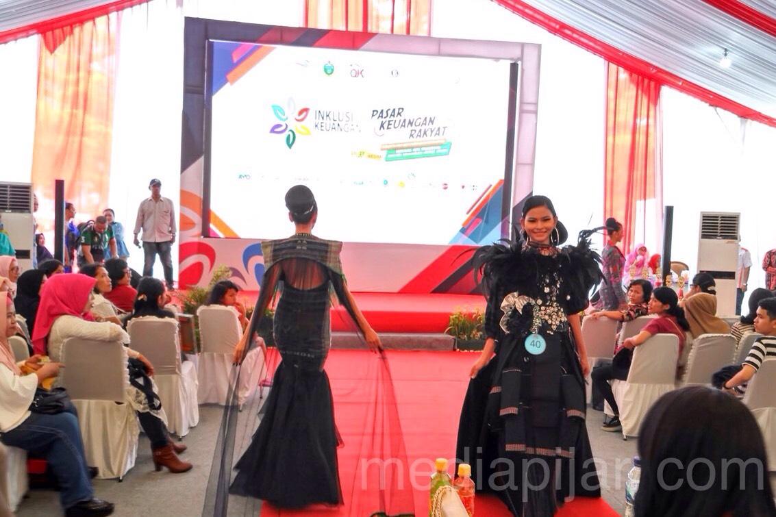 Lomba Fashion Show salah satu dari rangkaian acara yang ada pada Kegiatan Pasar Keuangan Rakyat (27/10) (Fotografer: Rahmat Harun Harahap)