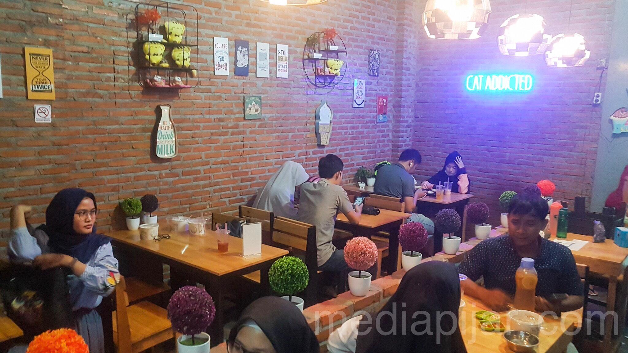 Nuansa Tempat makan yang menarik di Cat Cafe Fotografer: Dwi Harizki