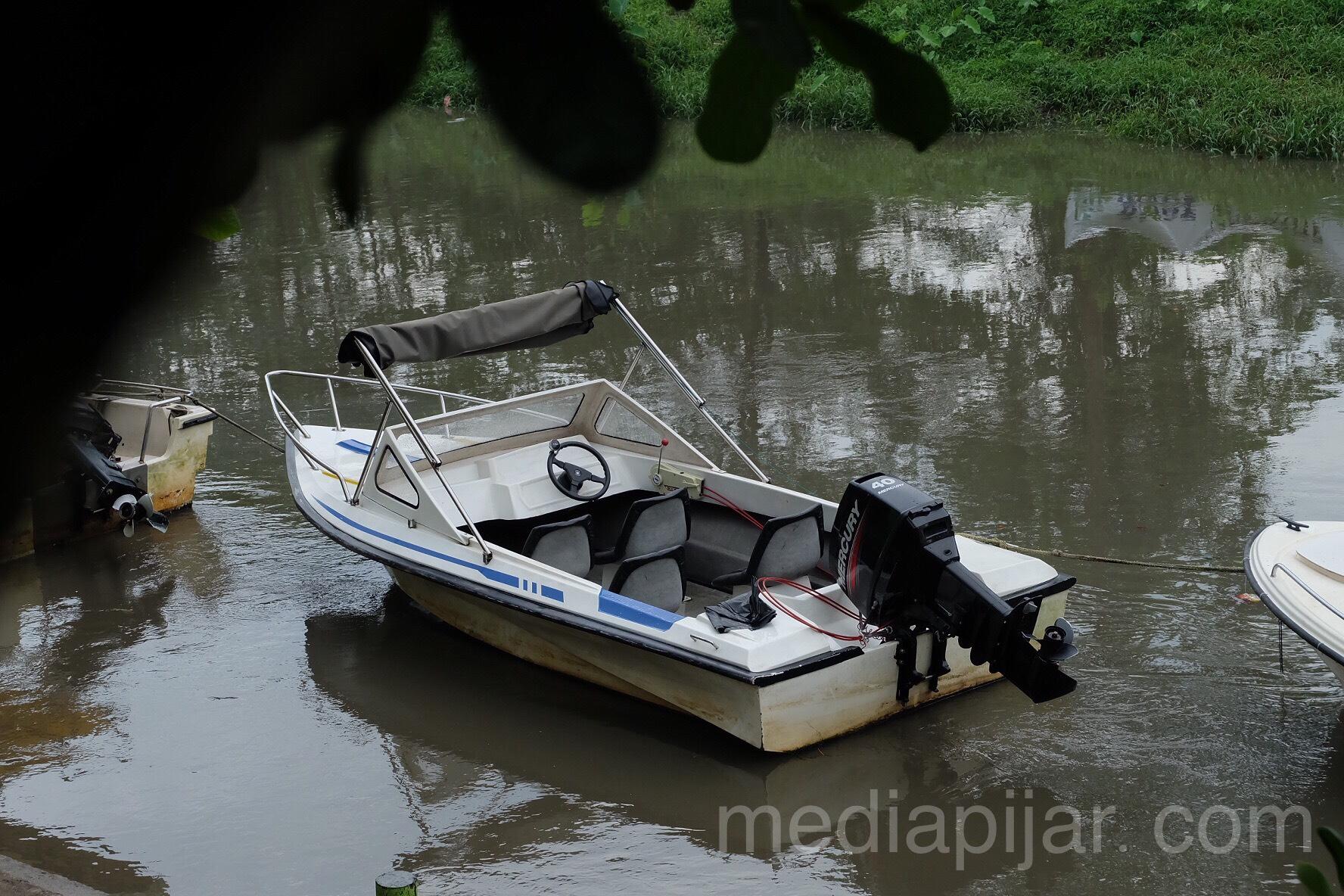 Perahu di atas air, mengapung dengan sangat tenang. (Fotografer: Putri Arum Marzura)