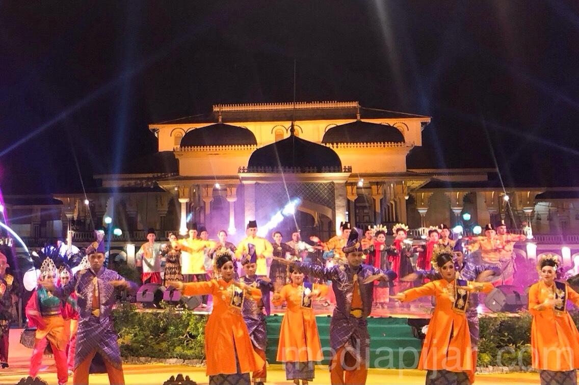 Tari kolosal yang dilakukan oleh seluruh kontingen penari yang hadir pada acara penutupan Gelar Melayu Serumpun (GEMES) 2019 di Istana Maimoon (3/11).  (Fotografer: Frans Dicky Naibaho
