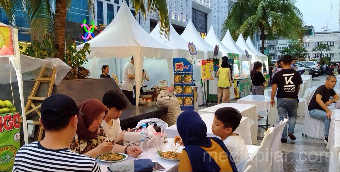 Para pengunjung sedang menikmati kuliner pada Bazaar Jakarta Fest 2019 di Mall Centre Point Medan (10/11) (Fotografer: Rahmat Harun Harahap)