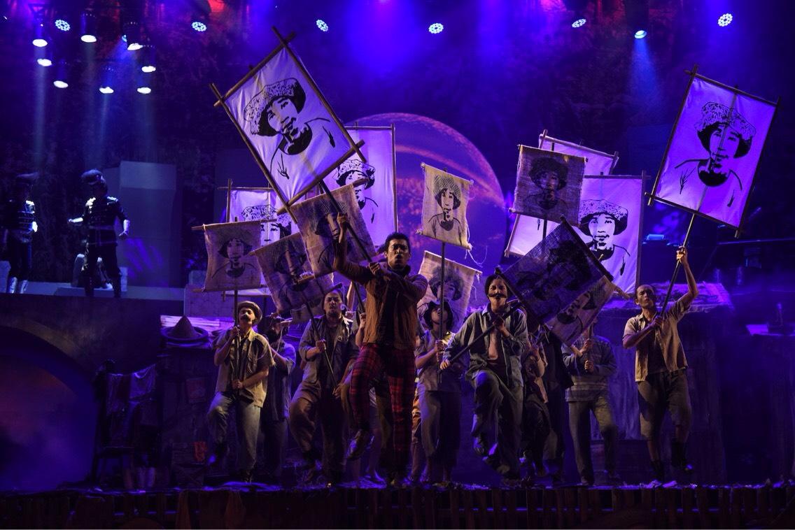 """Adegan sorak sorai para pelakon """"Lakon J.J Sampah-Sampah kota"""" saat di atas panggung, Kamis (7/11) [yg megang foto mirip jkw] Sumber Foto: Dokumentasi Panitia"""
