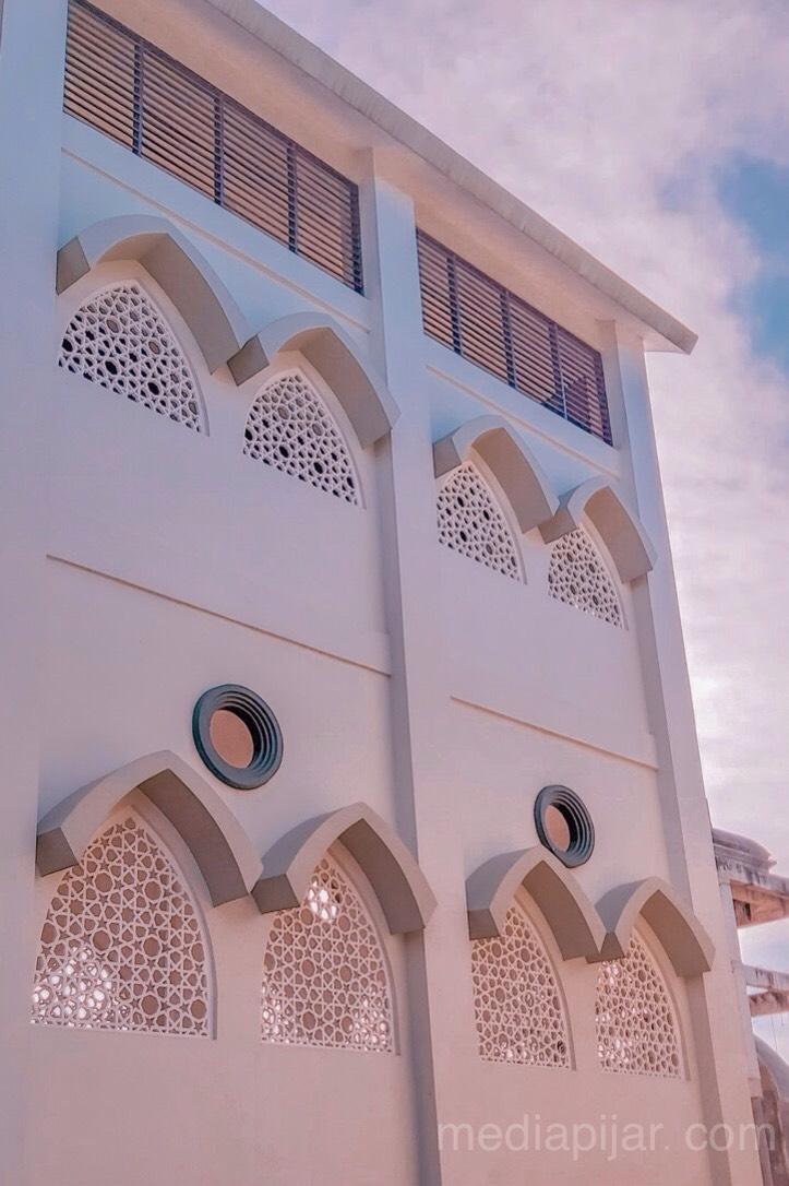 Tidak ada salahnya untuk menikmati keindahan suatu bangunan (Fotografer: Savira Dina)