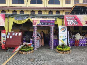 Antusias dari para pengunjung dalam kegiatan Medan Book Fair yang  diselenggarakan di Universitas Muhammadiyah Sumatera Utara (8/11). (Fotografer  : Dwi Harizki)