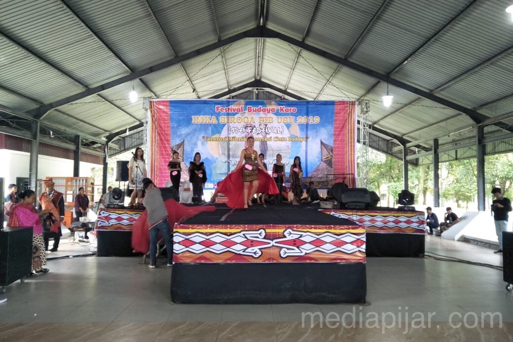 Lomba Fashion Show yang merupakan salah satu rangkaian acara dalam rangka memeriahkan Festival kebudayaan Karo (13/11) Fotografer: Eprince Tamba