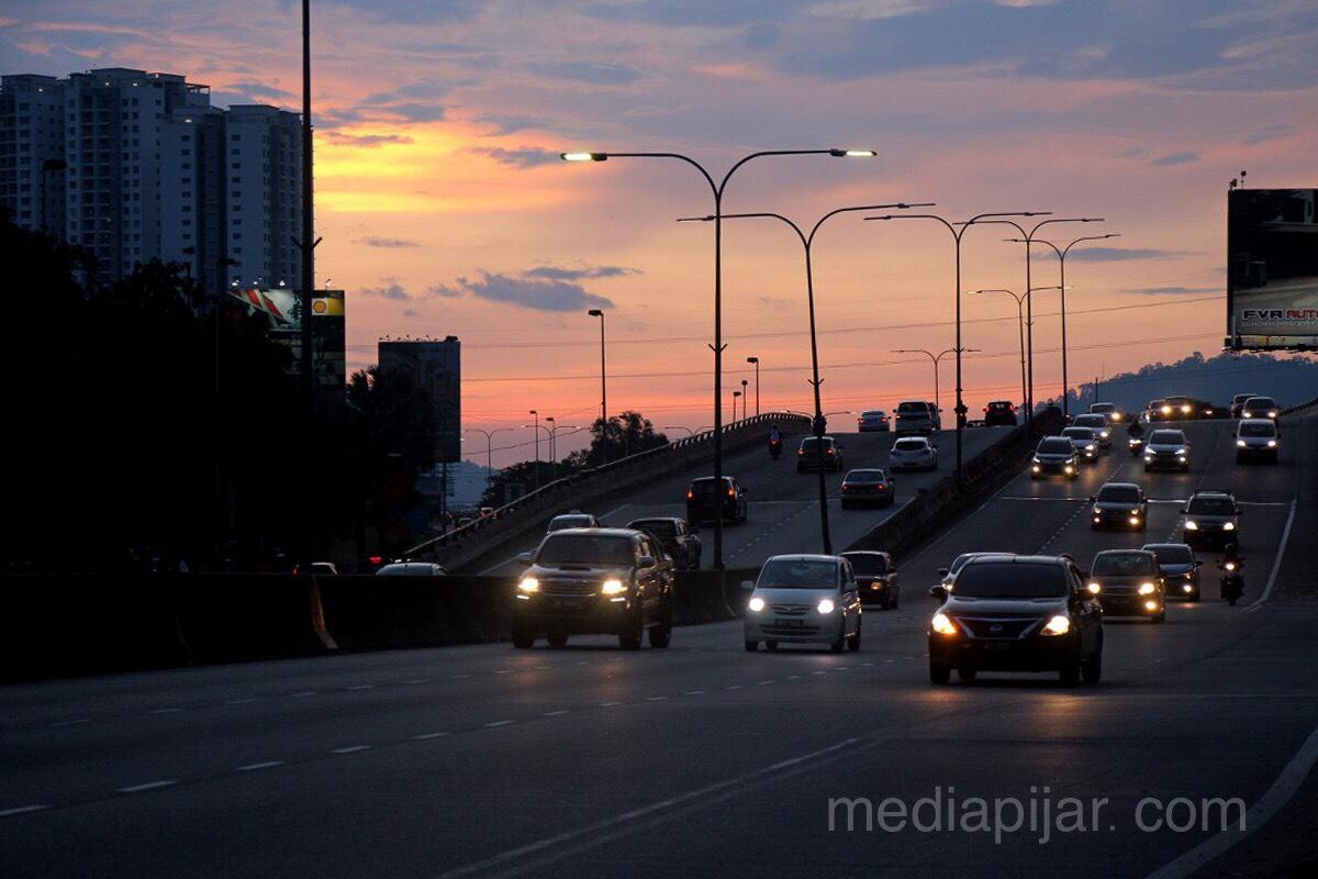 """Jalanan menghadirkan cerita baru. Semakin mentari beranjak meninggalkan Kuala Lumpur, semakin sibuk roda-roda berpacu untuk pulang."" Fotografer: Hidayat Sikumbang"