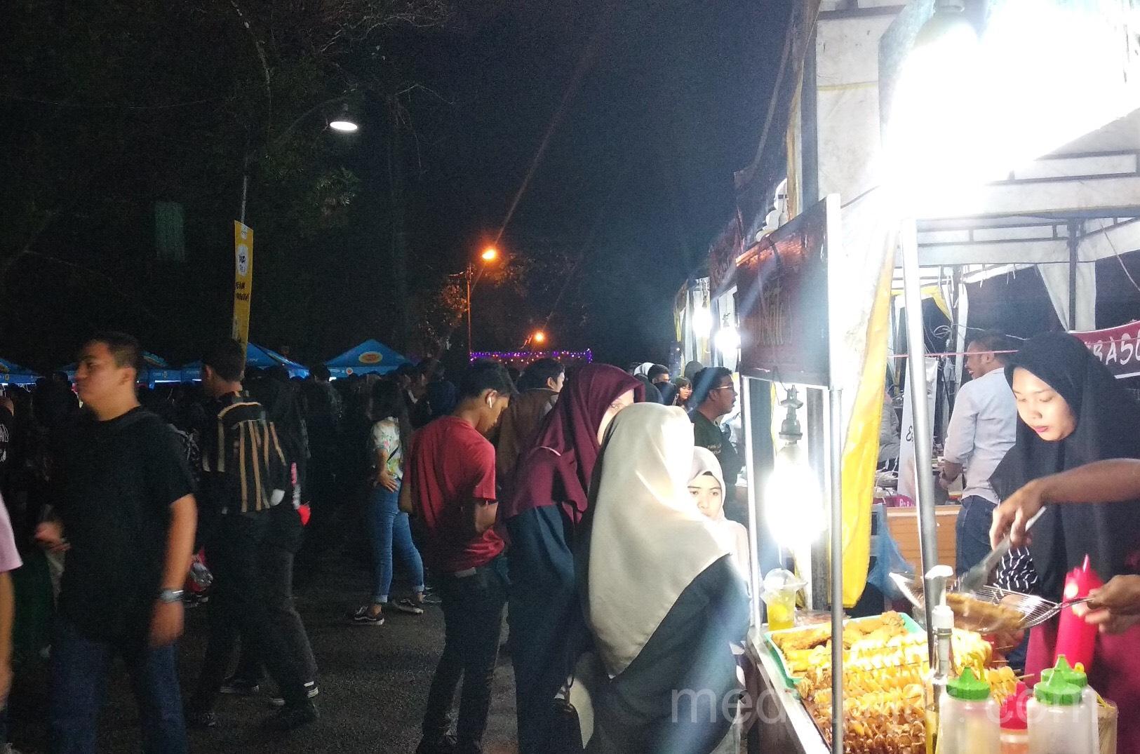 Antusiasme para penonton yang berada di area tenor food dan bazaar pada acara Chemfest 2019 (15/12). Fotografer: Yoga Trihaditya