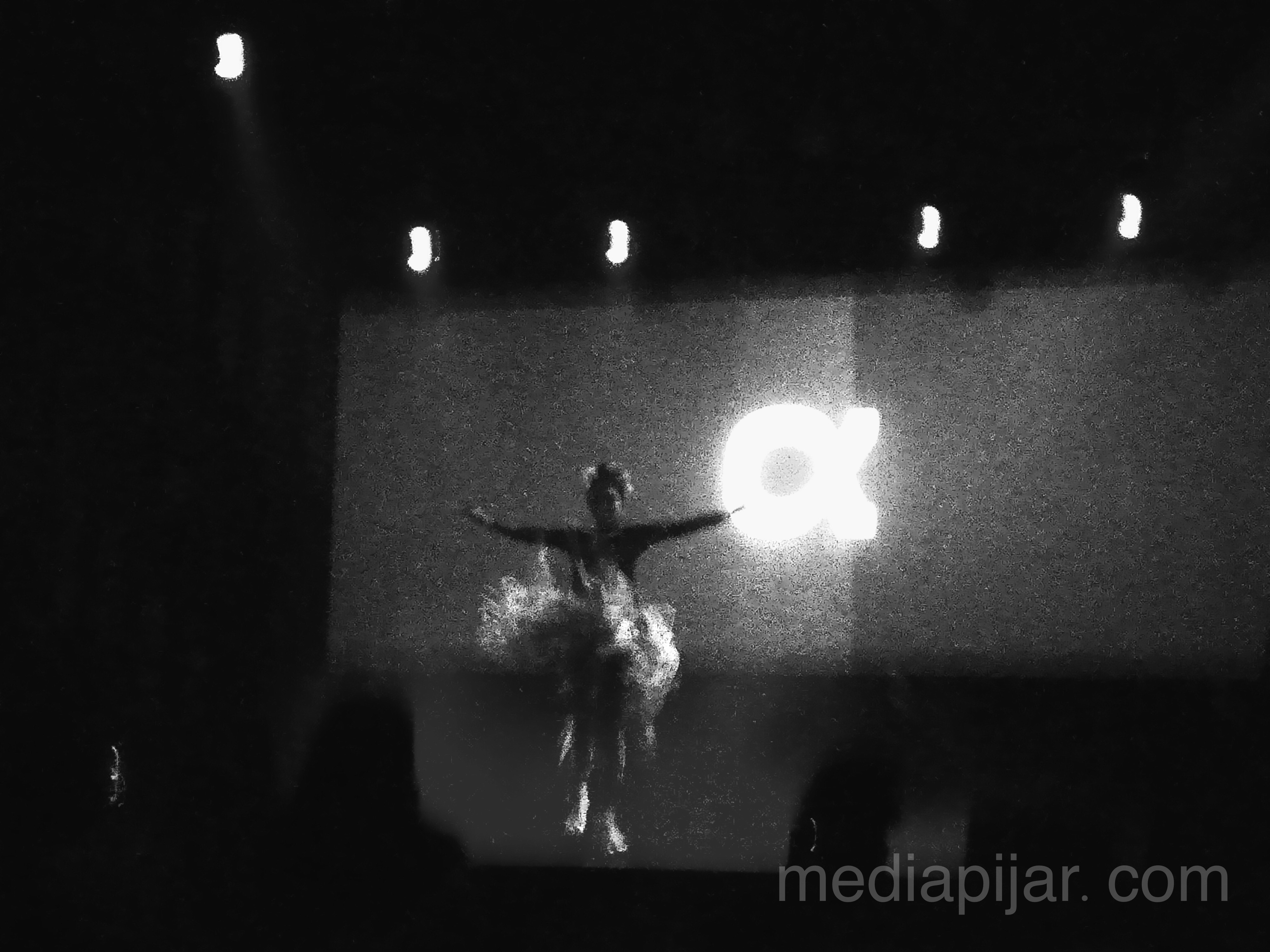 """""""Aku akan menari, walaupun dunia tidak melirikku. Dan aku akan mencintai, walau kau menolakku"""" (Fotografer: Alvira Rosa Damayanti)"""