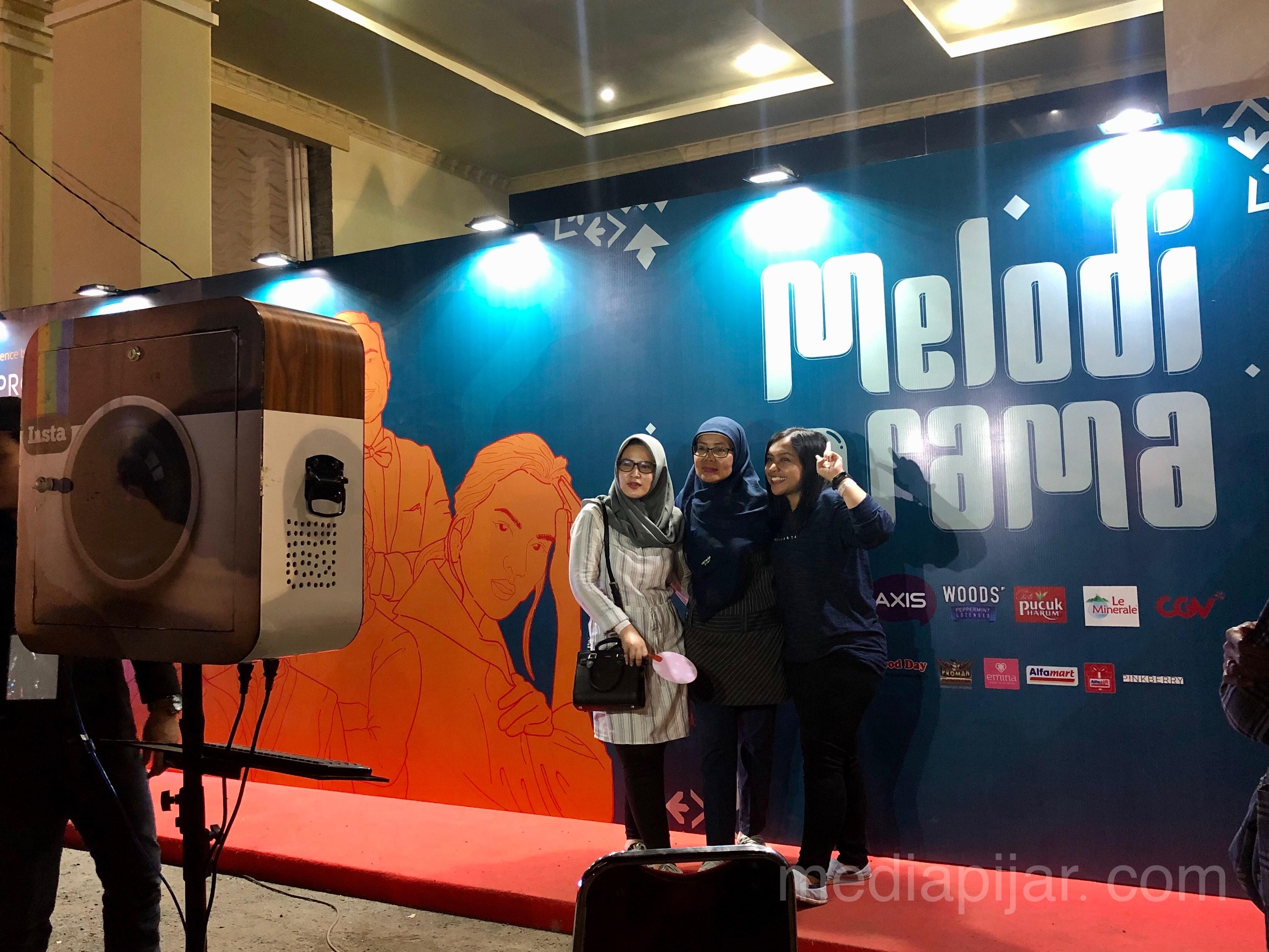Para pengunjung sedang berfoto di photo booth yang telah disediakan (14/3) (Fotografer: Indah Ramadhanti)