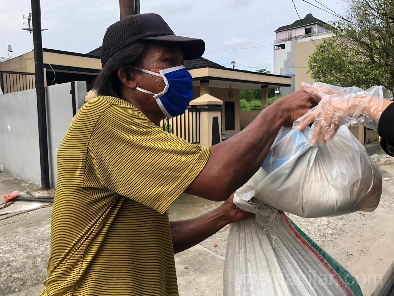 Pembagian sembako dilakukan dengan menaati protokol kesehatan seperti menggunakan masker dan sarung tangan serta menghindari keramaian 18/5. (Fotografer: Talitha Nabilah)