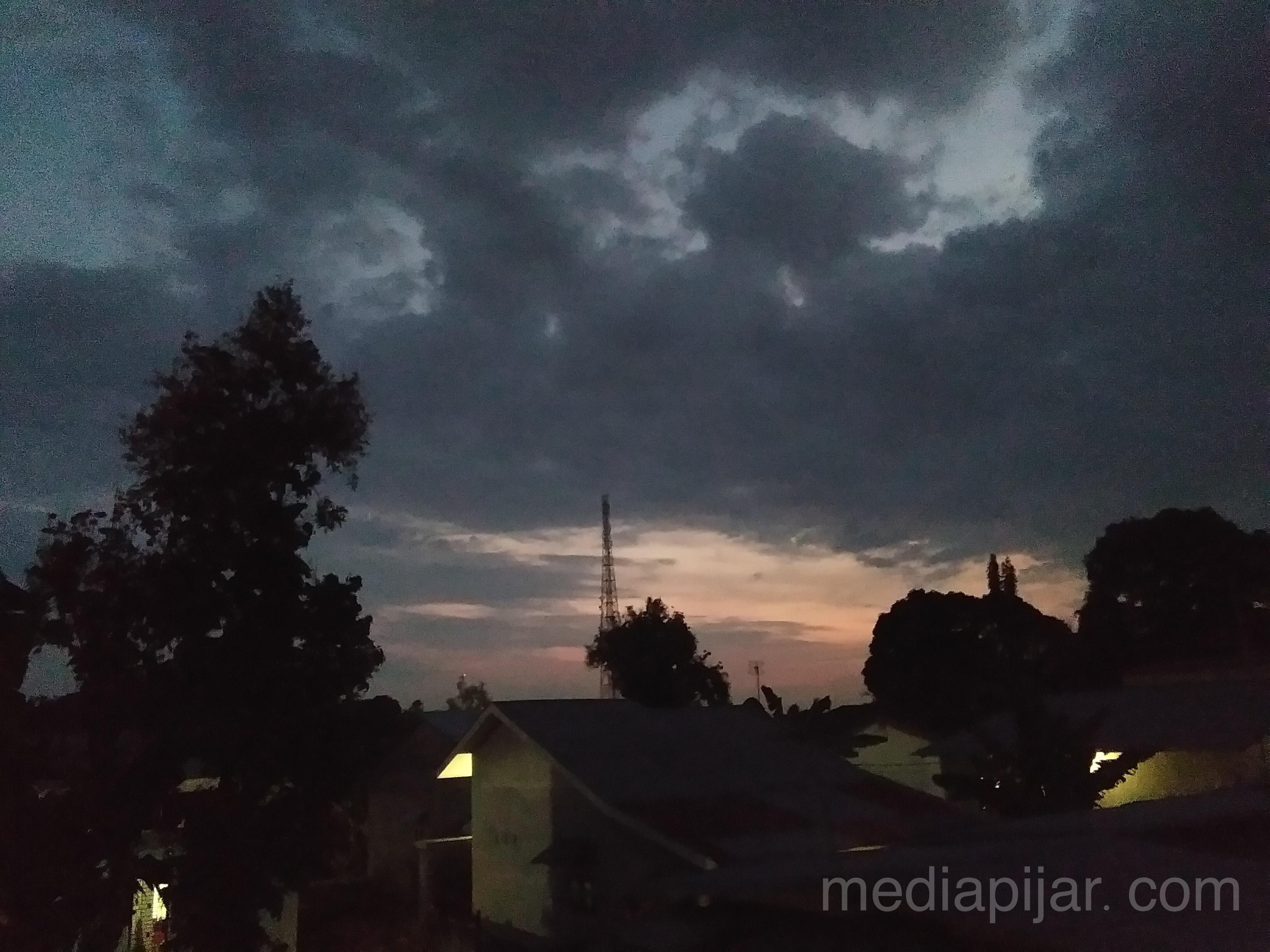 """""""Beginilah tampak fajar menyingsing sehabis hujan menerpa semalaman"""" (Fotografer: Sulisintia Harahap)"""