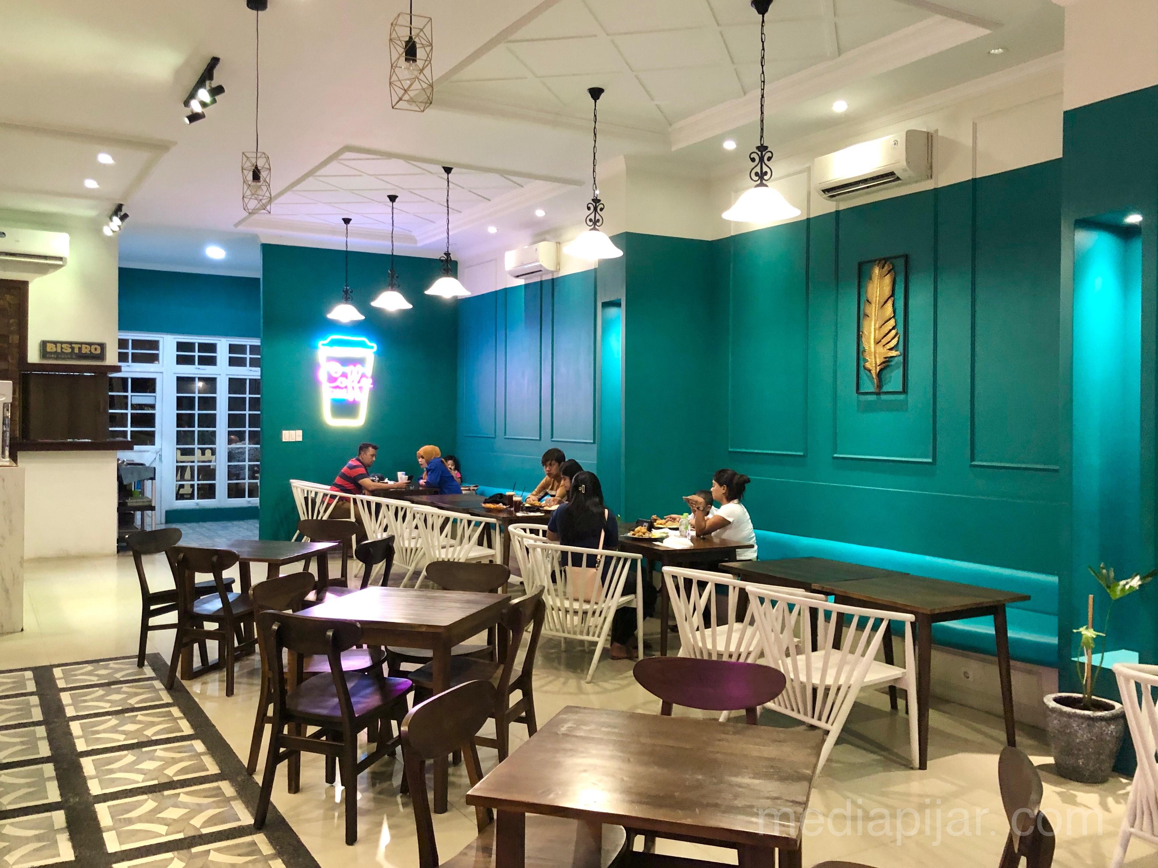 Suasana minimalis dan modern di Eats & Treats Barista membuat pengunjung merasa nyaman. (25/6) Fotografer: Frans Dicky Naibaho