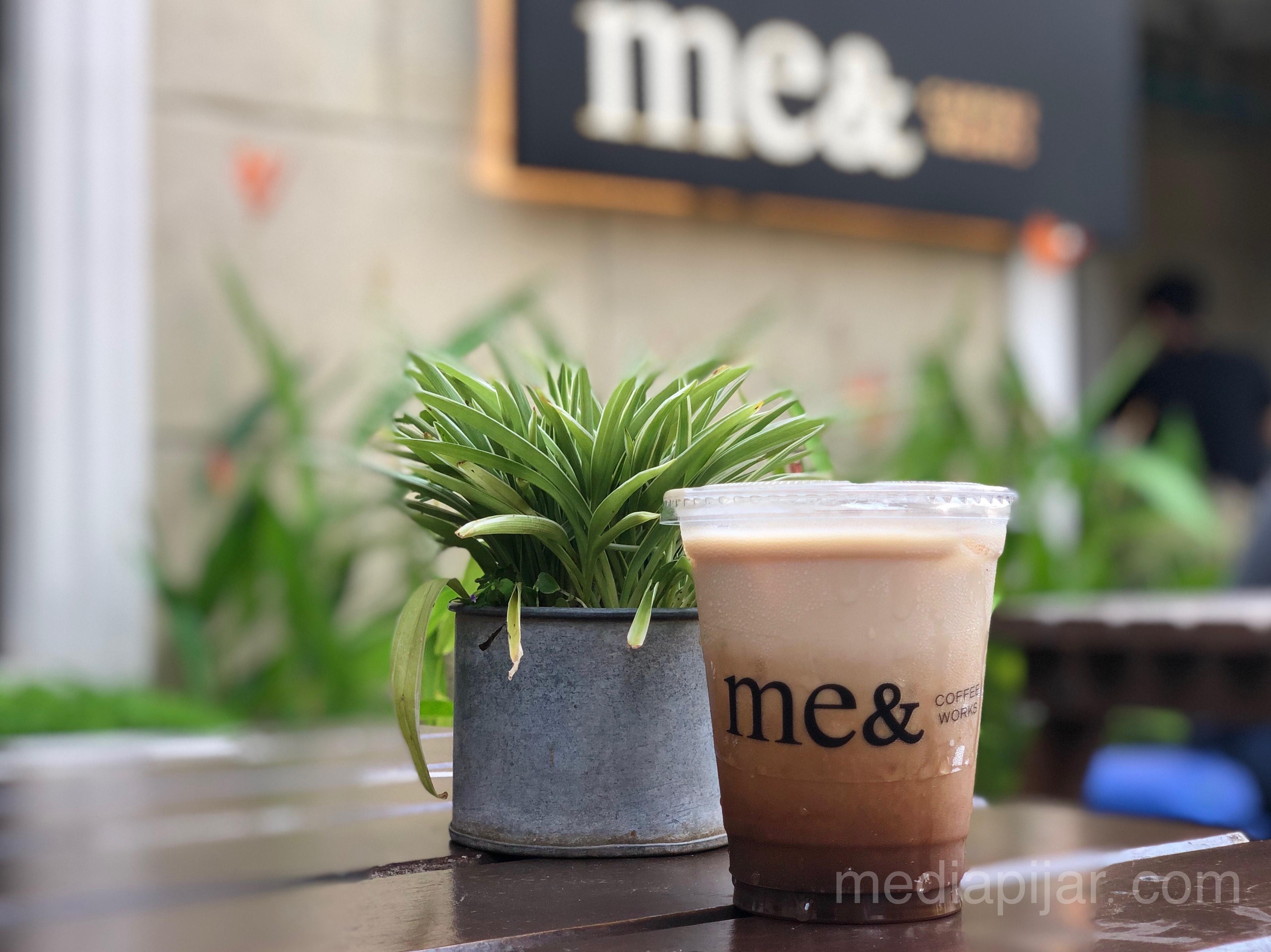 Salah satu menu andalan Me& Coffee Works, kopi guleng. (30/6) Fotografer: Frans Dicky Naibaho