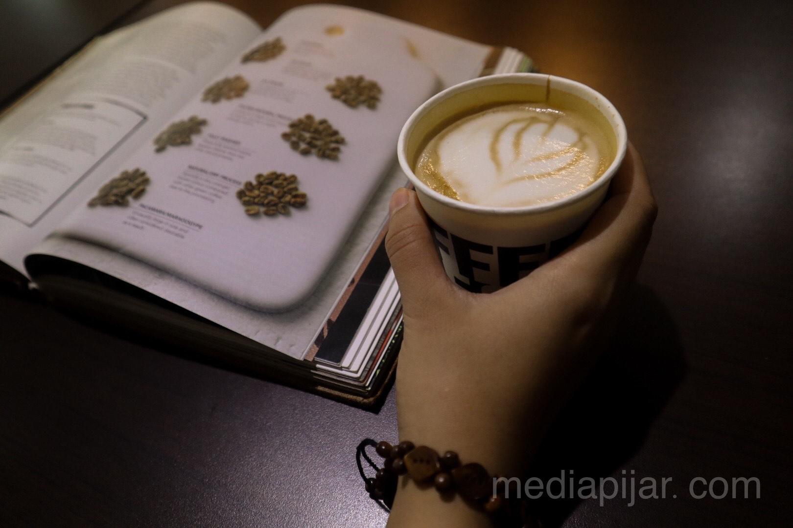 """""""Kopi dan literasi"""" (Fotografer: Hazlina Ganif Sihotang)"""
