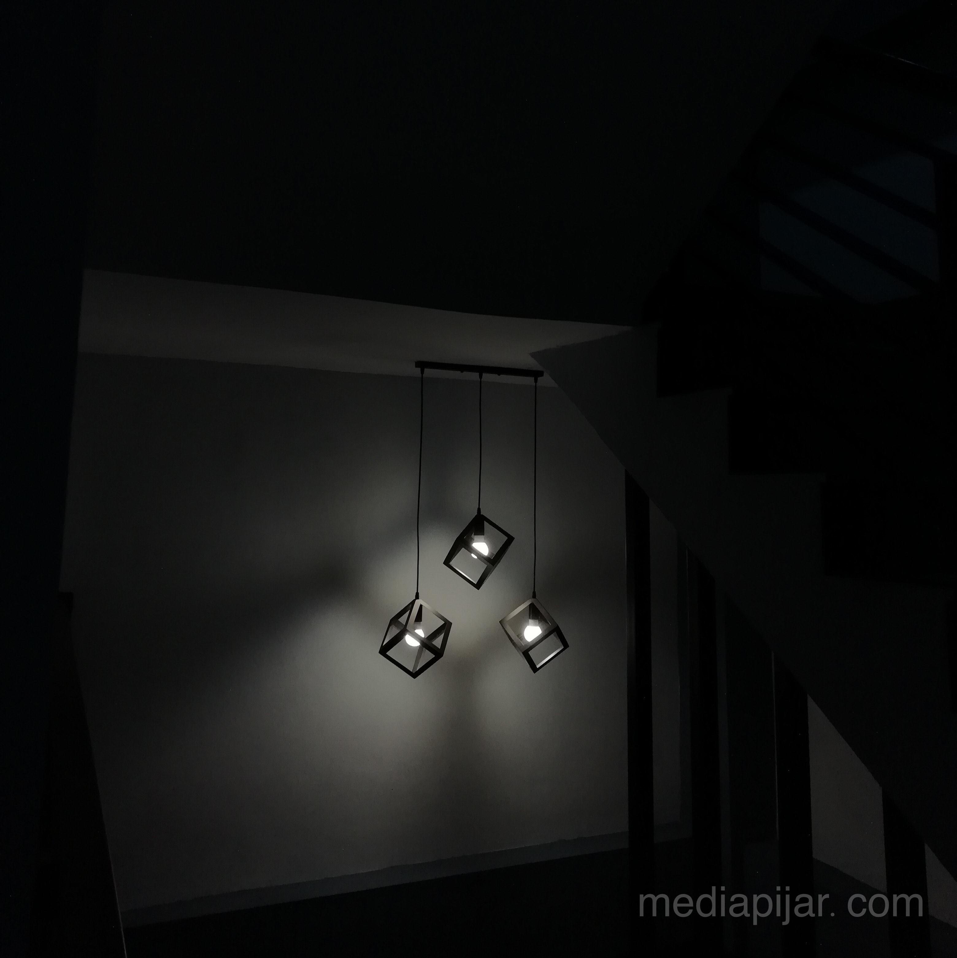"""""""Redup lampu di tengah gelap."""" (Fotografer: Cut Tasya Salsabila)"""
