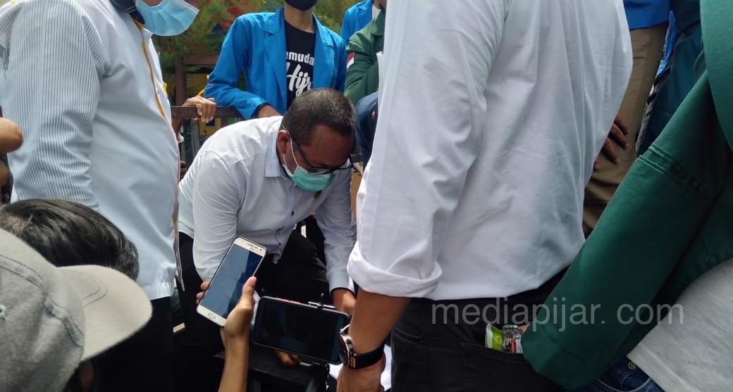 Foto Pendukung: Penandatangan berkas perjanjian untuk menyampaikan tuntututan aksi ke DPR-RI. (Fotografer: Alvira Rosa)